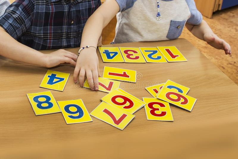 Kinder spielen P?dagogische Spiele Ein Kind im Kindergarten Die H?nde eines Kindes mathe Karten f?r Entwicklung stockfoto
