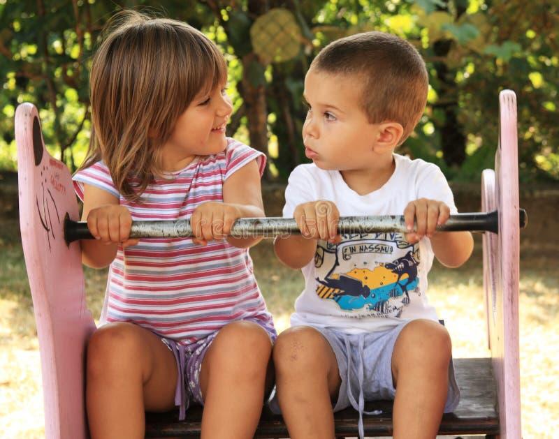 Kinder am Spielplatz lizenzfreie stockfotos