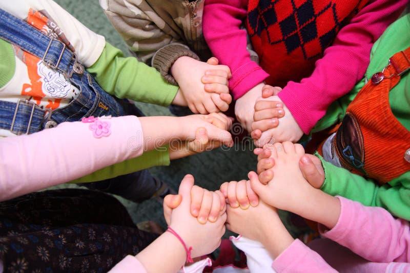 Kinder stehen, habend verbindende Hände, Draufsicht stockbilder