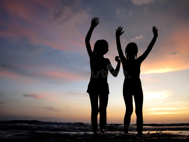 Kinder am Strand lizenzfreie stockbilder