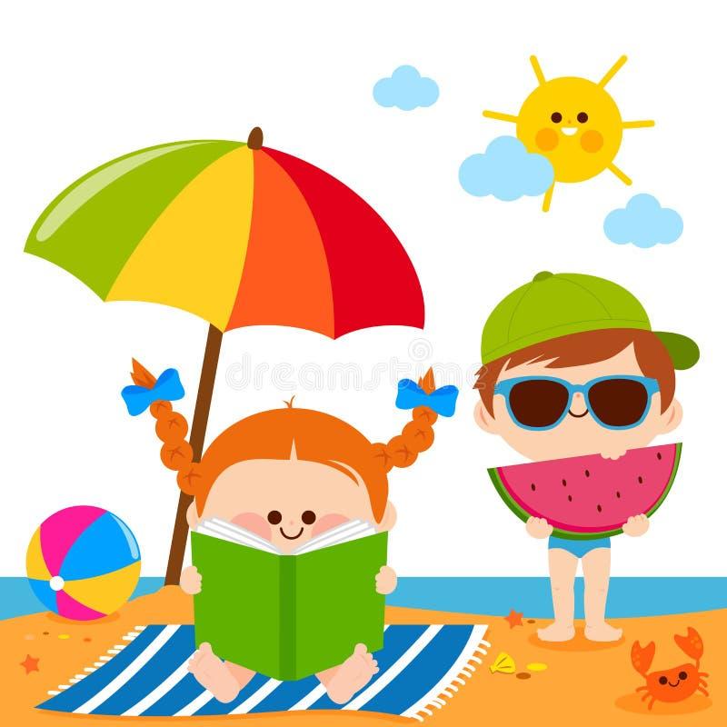Kinder am Strand ein Buch lesend und eine Scheibe der Wassermelone unter einem Strandschirm essend stock abbildung