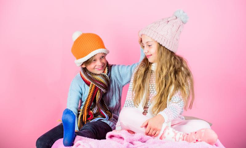 Kinder strickten Winterhüte Winterzubehör für Kinder Gestrickte Winterhüte des Mädchens und des Jungen Abnutzung Wintersaisonmode stockfotografie