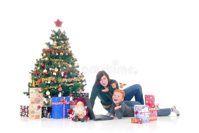 Kinder um Weihnachten drei lizenzfreie stockbilder