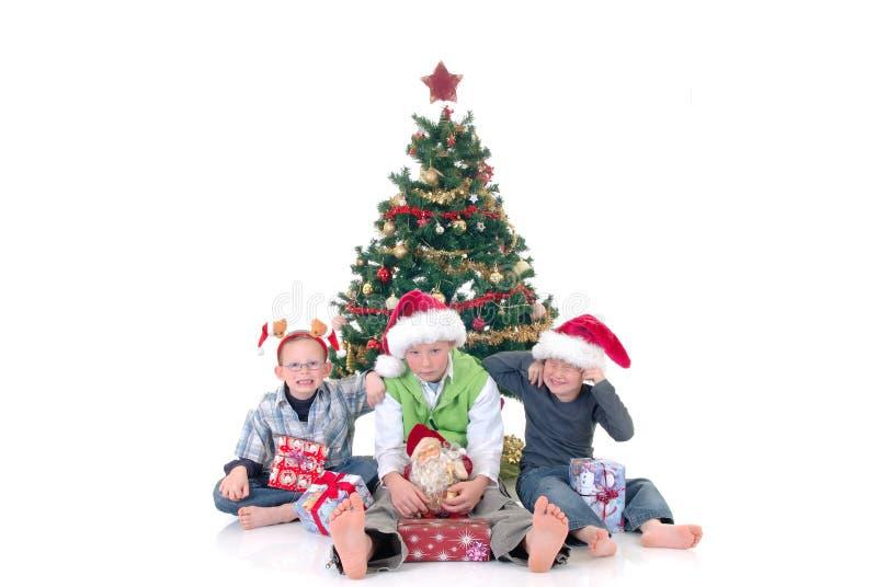 Kinder um Weihnachten drei lizenzfreies stockfoto