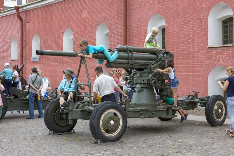 Kinder und Erwachsene, die Museumsgeschütze auf dem Gebiet des Peter und des Paul Fortresss besuchen lizenzfreies stockfoto