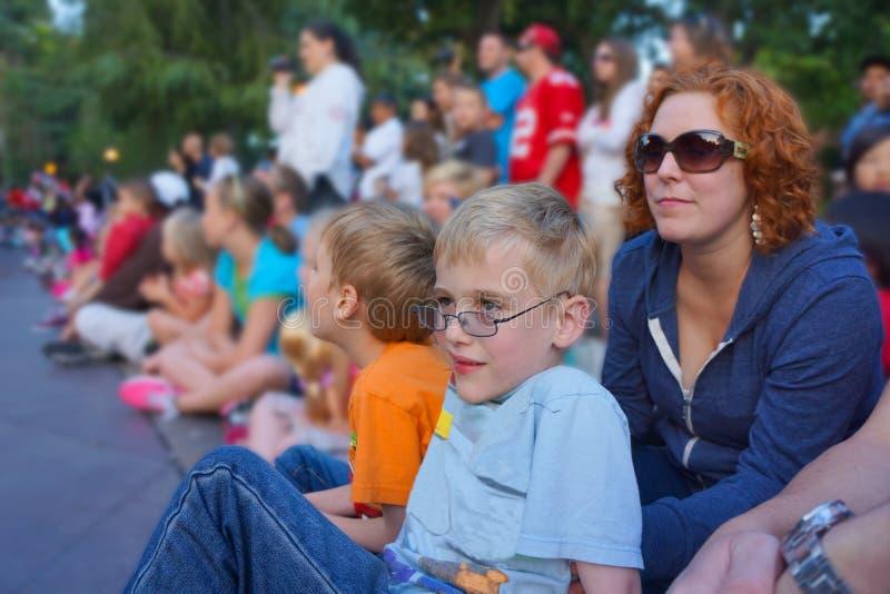 Kinder und Familien, die Parade aufpassen lizenzfreies stockbild