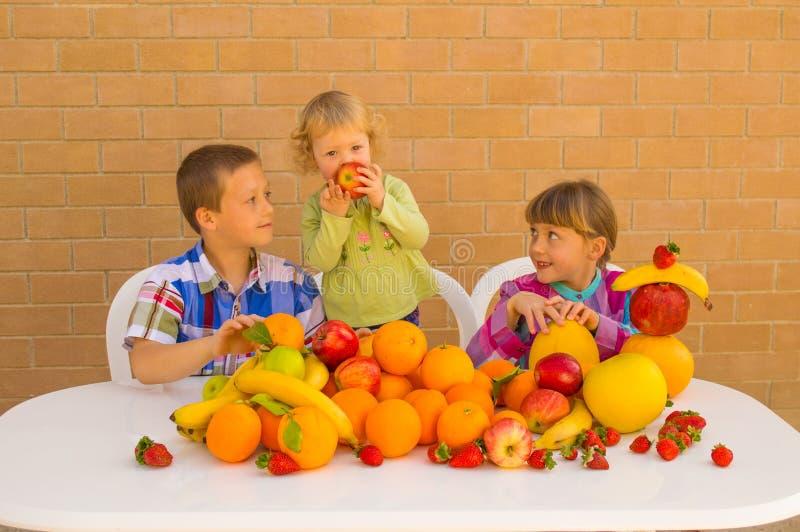 Kinder und Früchte lizenzfreie stockbilder