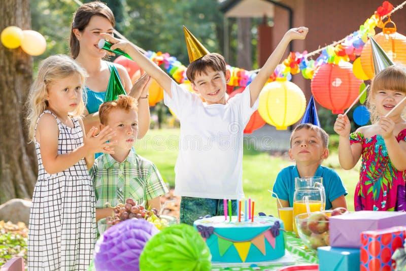 Kinder und Geburtstagsjunge lizenzfreies stockfoto