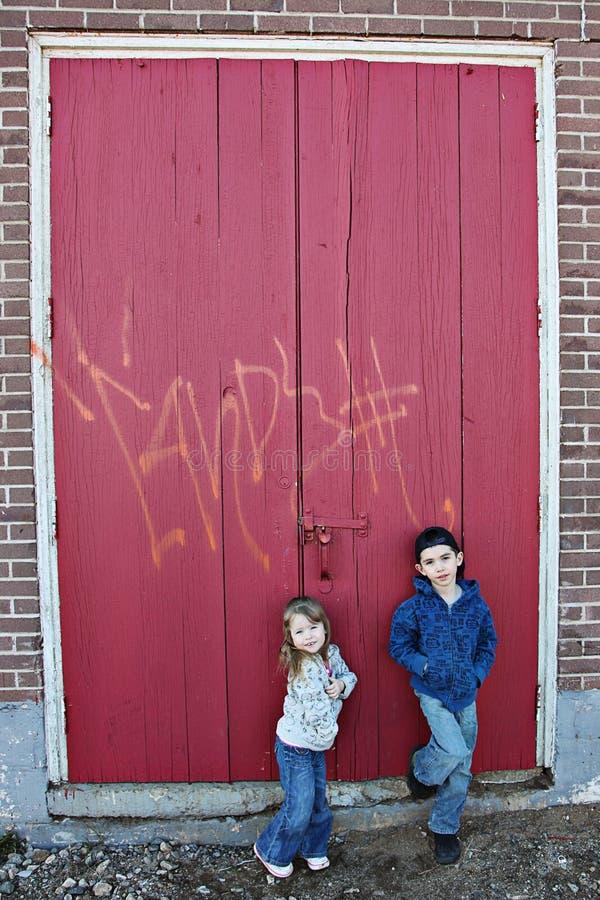 Kinder und Graffiti stockfoto