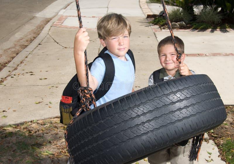 Kinder und Gummireifenschwingen lizenzfreies stockfoto