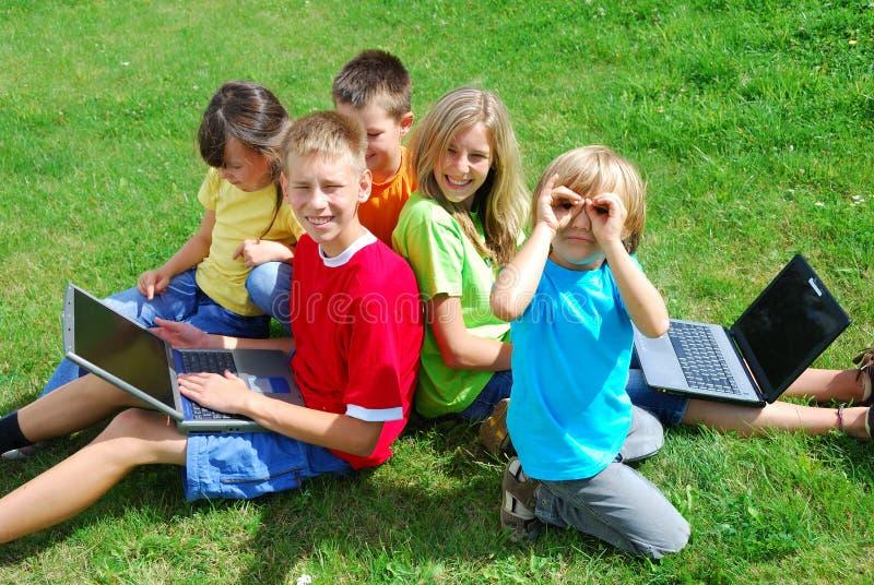 Kinder und Laptope lizenzfreies stockbild
