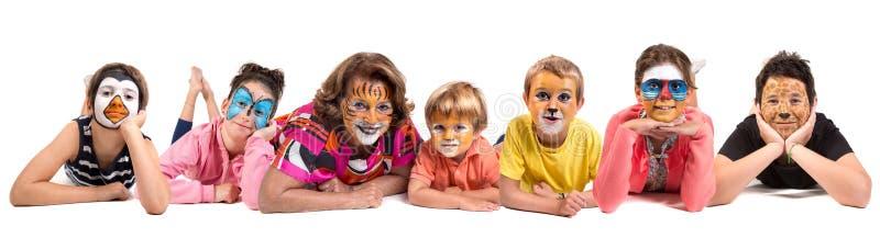 Kinder und Oma mit Tiergesichtfarbe stockfoto