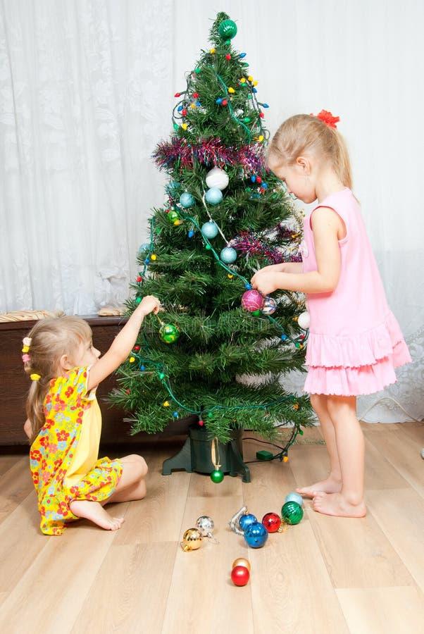 Kinder verzieren den Weihnachtsbaum lizenzfreies stockbild