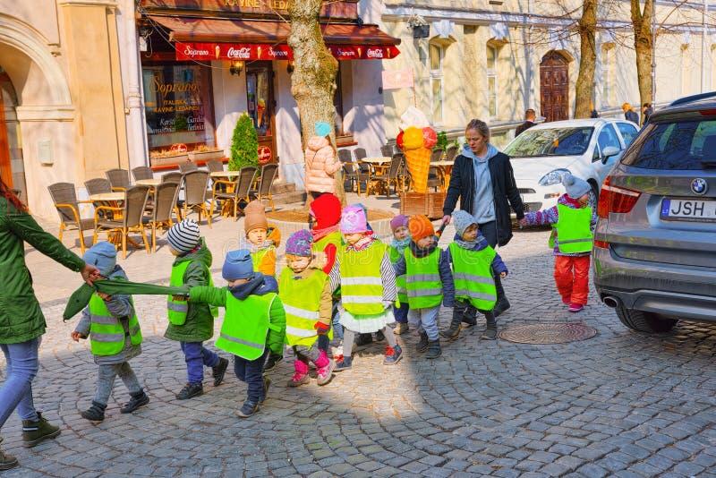 Kinder vom Kindergarten gingen für einen Weg entlang der Straße heraus stockbilder