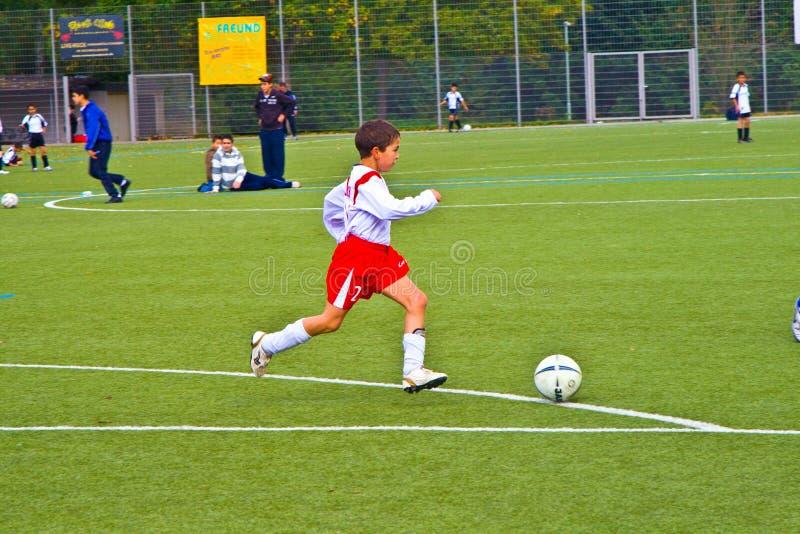 Kinder von BSC SChwalbach Fußball spielend lizenzfreie stockbilder