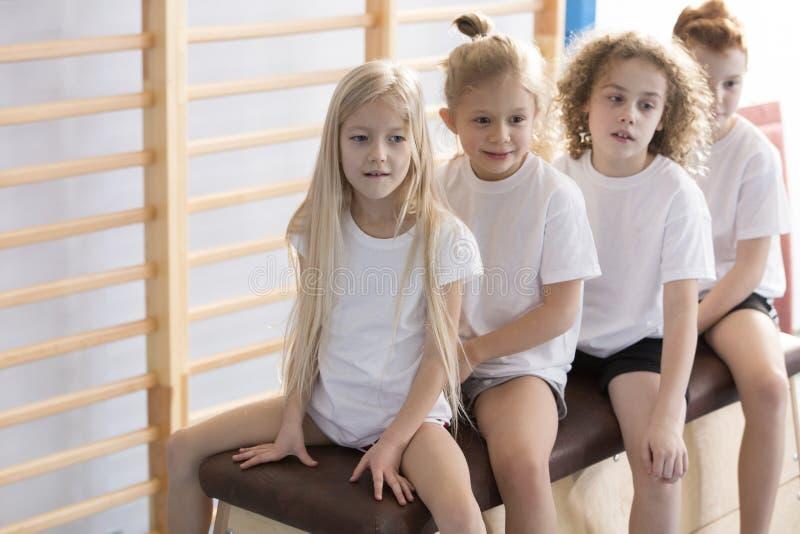 Kinder vor Gymnastikklassen stockbilder