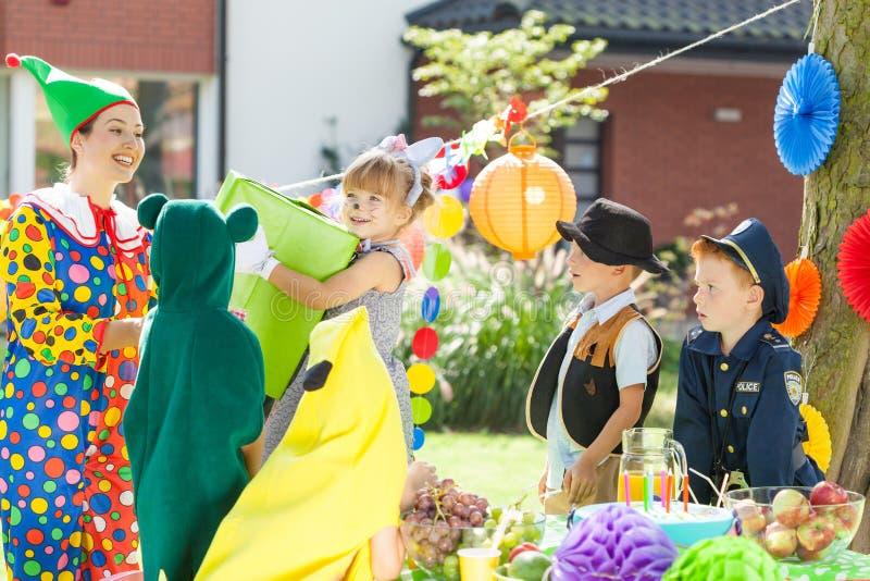 Kinder während kleiden oben Partei lizenzfreies stockbild