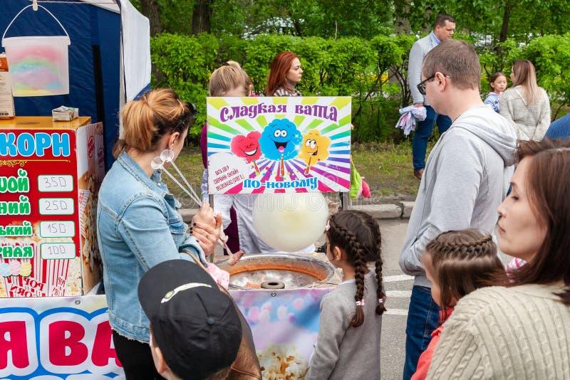 Kinder warten auf die Vorbereitung der Zuckerwatte lizenzfreie stockfotos
