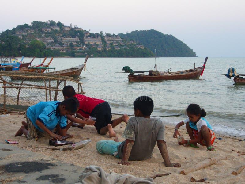 Kinder warteten auf seinen Vater am Strand ein lokales Fishe stockbild