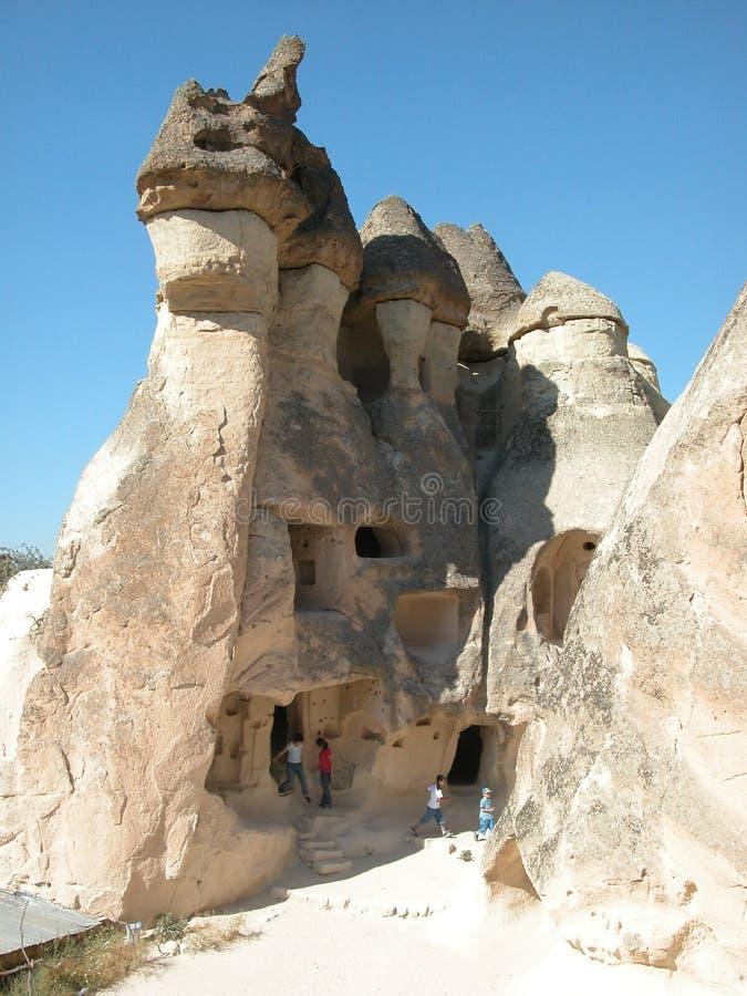 Kinder, welche die Feekaminhäuser bei Cappadocia, die Türkei erforschen lizenzfreies stockbild