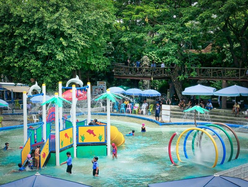 Kinder, welche die schöne Zeit am Pool haben lizenzfreies stockfoto