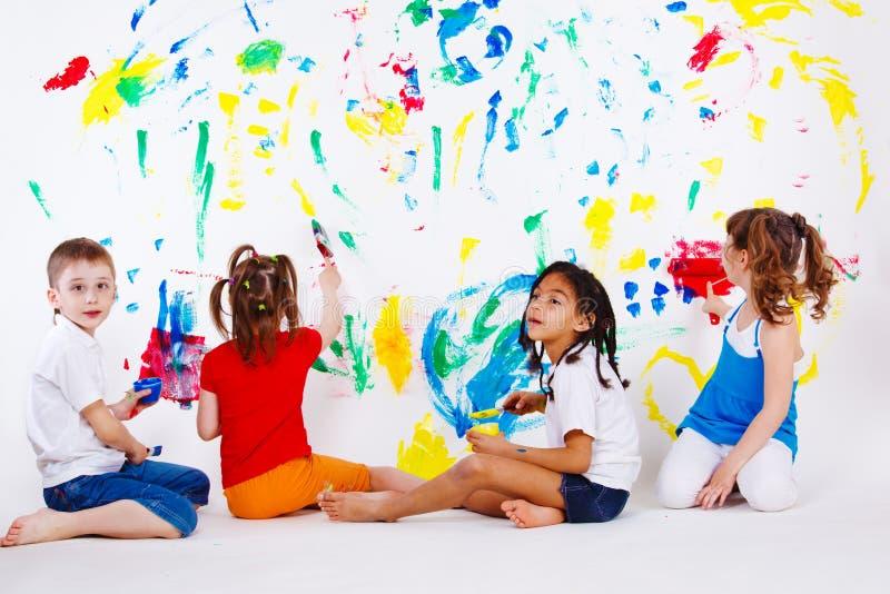 Kinder, welche die Wand malen stockfoto
