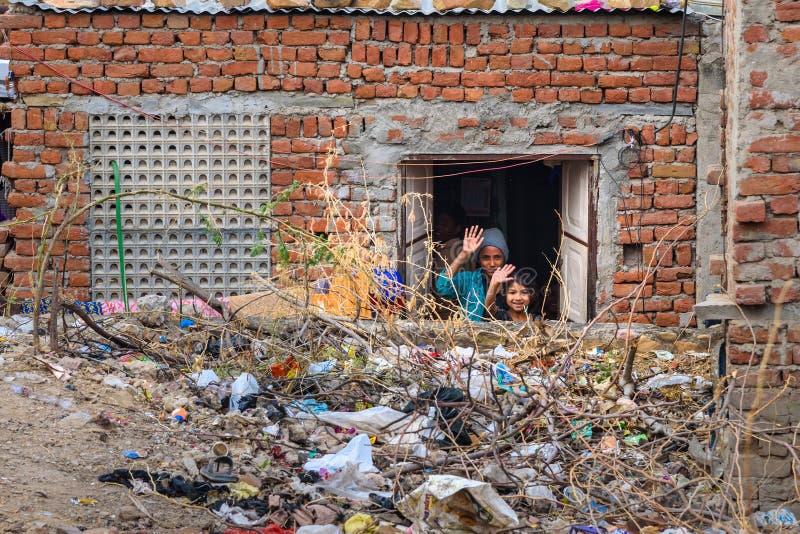 Kinder, welche heraus die wellenartig bewegenden H?nde des Fensters in Amer schauen Rajasthan Indien stockbild