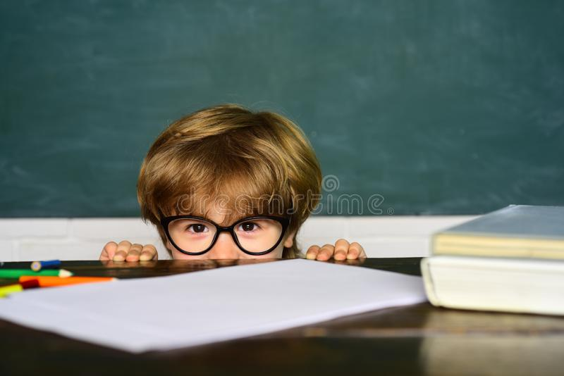 Kinder wird zur Schule nicht fertig Erster Schultag Jungenstudent, der in der Schule eingesch?chtert erh?lt Schuleinsch?chterung lizenzfreie stockfotografie