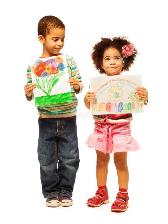 Kinder zeigen ihre Malereien stockfotografie
