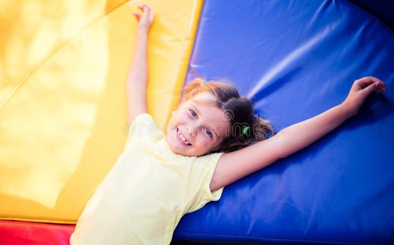 Kinder zu lächeln ist das schönste stockfoto