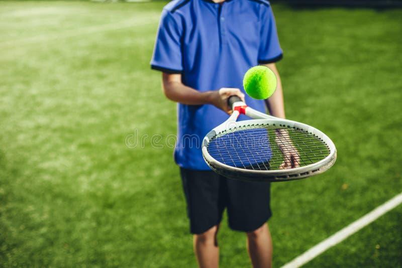 Kinderarm, der moderne Sportausrüstung hält stockfotos