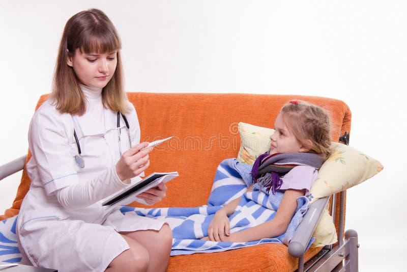 Kinderarztkontrolltemperatur auf kleinem Mädchen des Thermometers lizenzfreies stockfoto