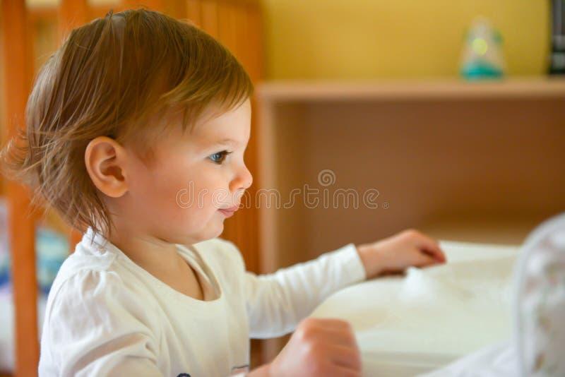 Kinderaufpassende Tablette stockfoto
