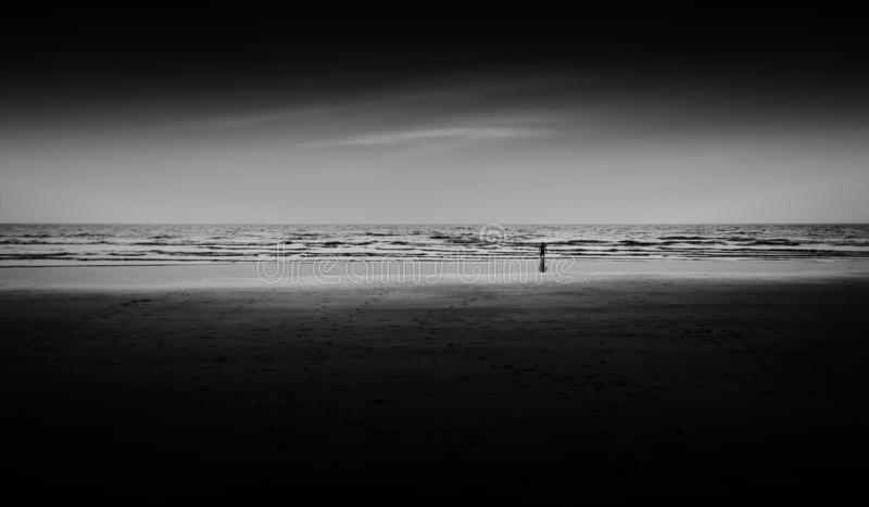 Kinderaufpassender Sonnenuntergang auf Strandozean lizenzfreies stockbild