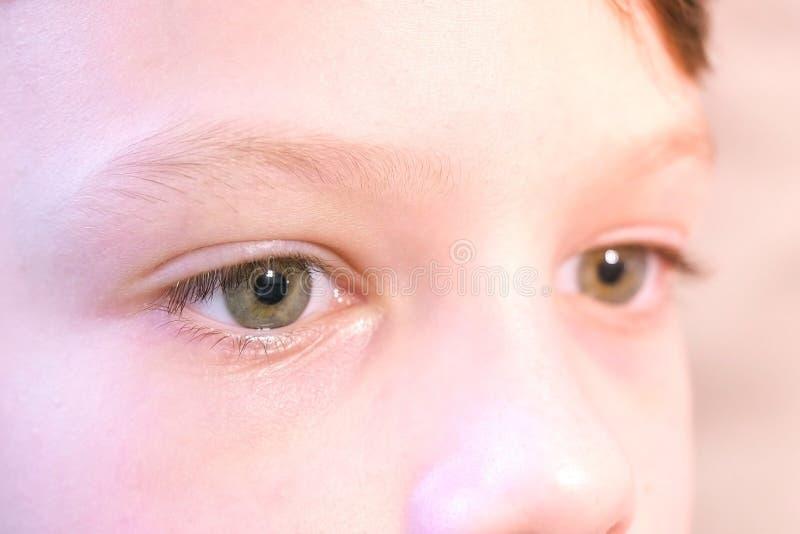 Kinderaugenahaufnahme Trauriger Junge schaut nach vorn lizenzfreie stockfotografie