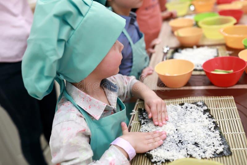 Kinderausgebreiteter Reis über nori lizenzfreie stockbilder