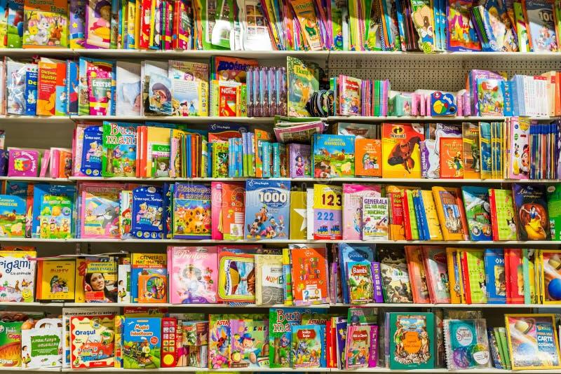 Kinderbücher auf Bibliotheks-Regal stockfotos