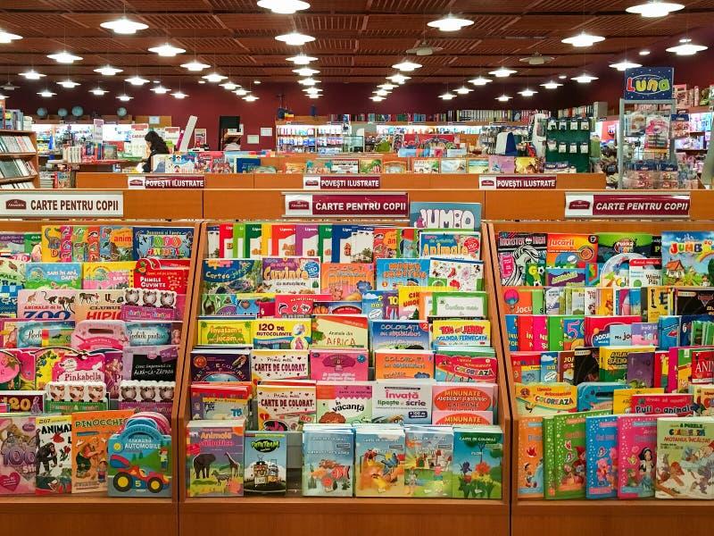 Kinderbücher für Verkauf auf Bibliotheks-Regal stockfotos