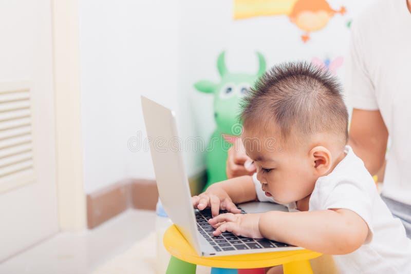 Kinderbaby, das unter Verwendung der Laptop-Computers arbeitet lizenzfreies stockbild