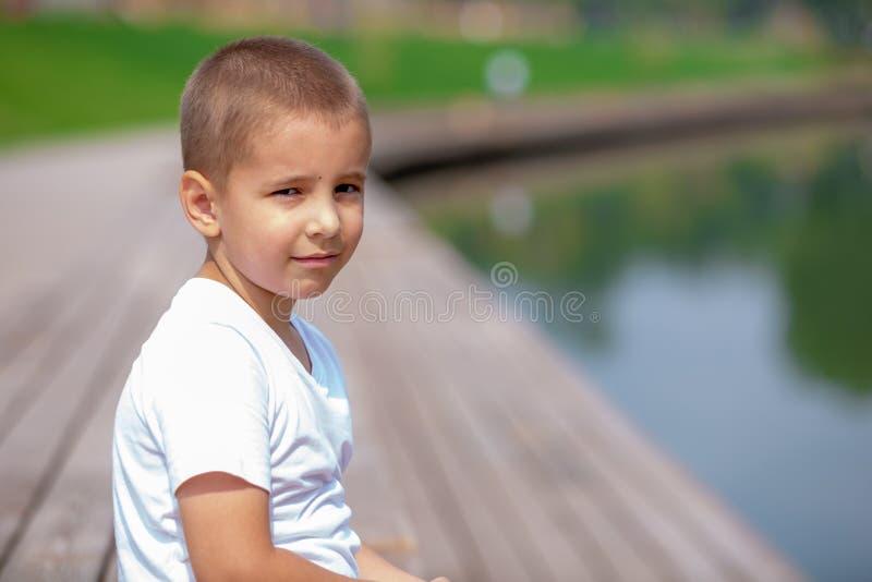 Kinderbild draußen Stattlicher kleiner Junge stockbild