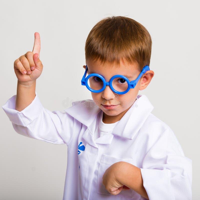 Kinderbild in Klage eines Doktors lizenzfreies stockfoto