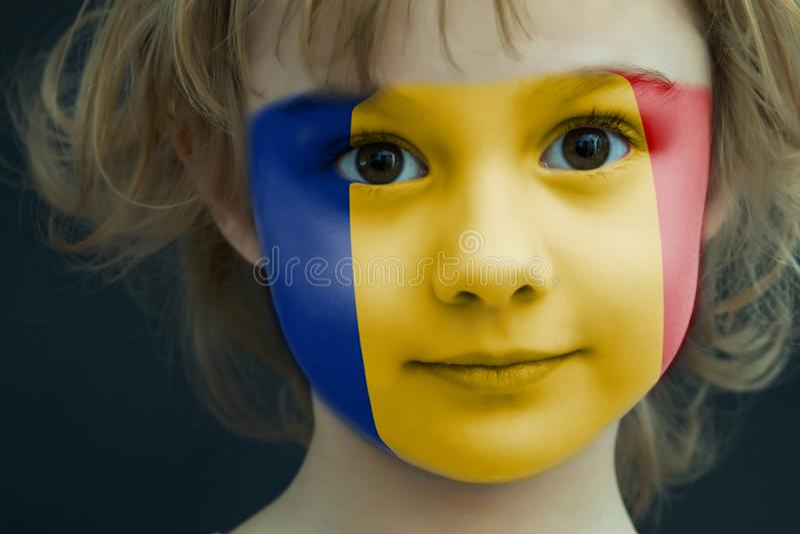 Kinderbild mit einer gemalten rumänischen Flagge lizenzfreies stockfoto