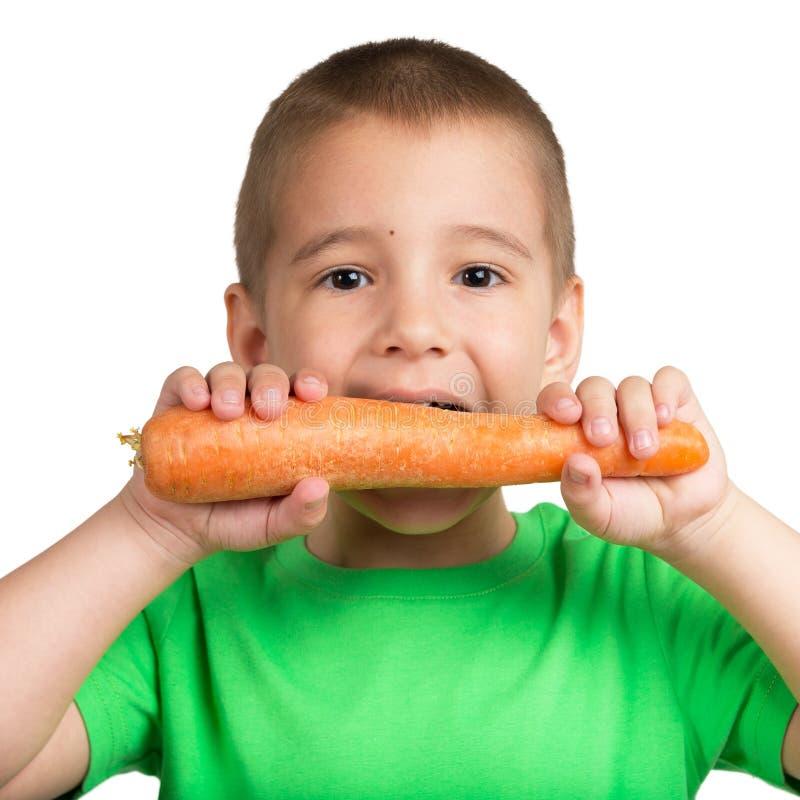 Kinderbild mit einer Karotte in den Händen stockbild