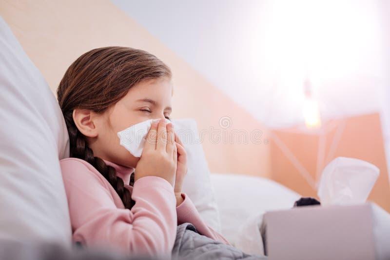 Kinderbild mit einer laufenden Nase lizenzfreie stockfotos