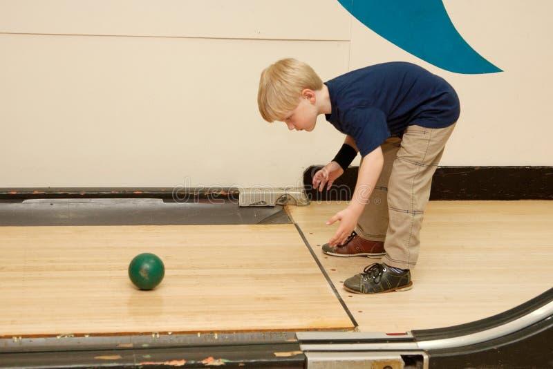 Kinderbowlingspiel mit Ball stockfotografie