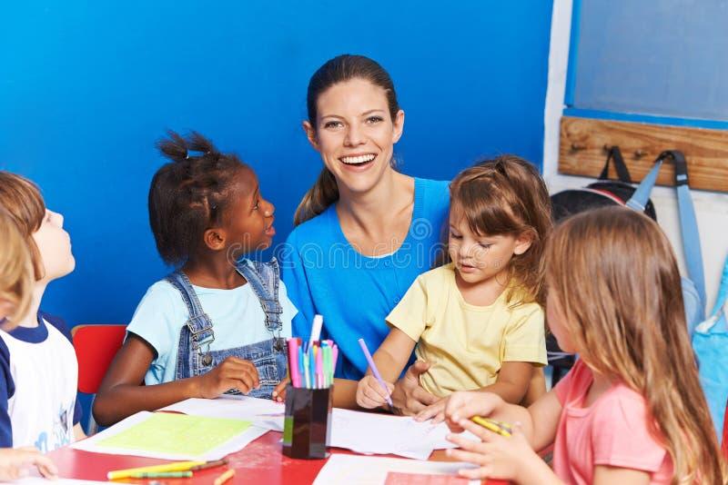 Kinderdagverblijfleraar met kinderen in kleuterschool royalty-vrije stock foto's