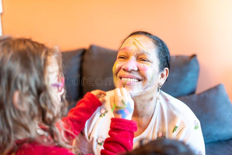 Kinderdas zutreffen bilden zur Großmutter stockbilder