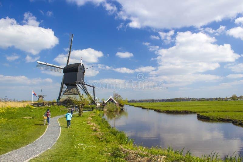 KINDERDIJK - αγροτικό lanscape με τους ανεμόμυλους στο διάσημο τουριστικό χώρο Kinderdijk στις Κάτω Χώρες στοκ φωτογραφίες με δικαίωμα ελεύθερης χρήσης