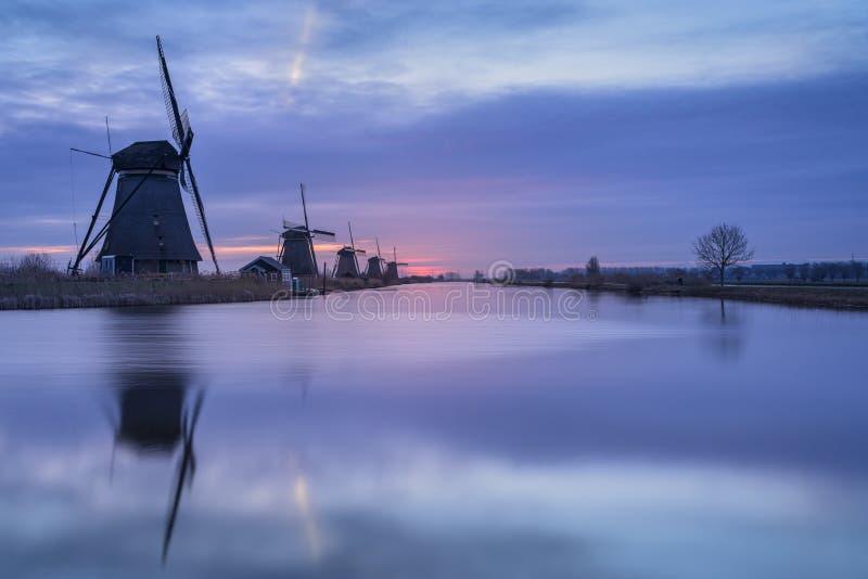 Kinderdijk Alblasserdam, södra Holland, Nederländerna - Februari 20, 2019: Soluppgång på en kall morgon i Februari på Kinder royaltyfri foto