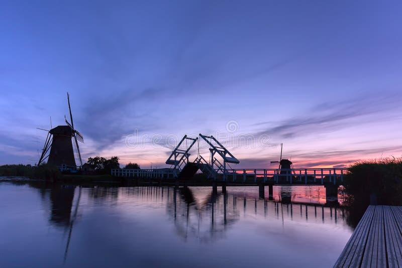 Kinderdijk väderkvarnar i Nederländerna på solnedgång royaltyfria bilder